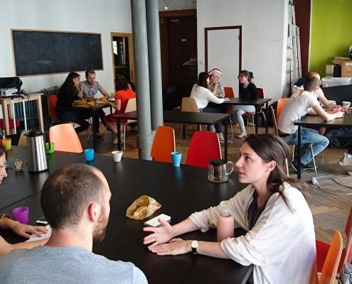 Photo de personnes en train d'échanger à table - La Cordée