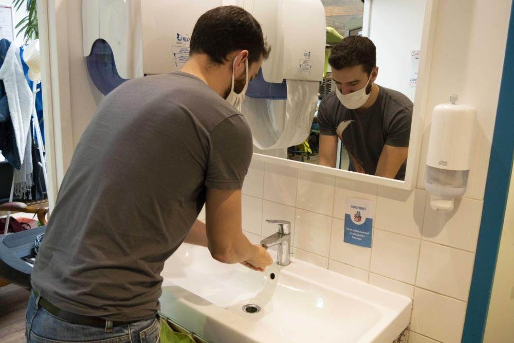 Photographie d'une personne en train de se laver les mains