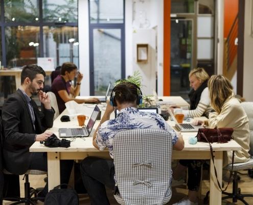 Photo de personnes en train de travailler dans un espace de coworking