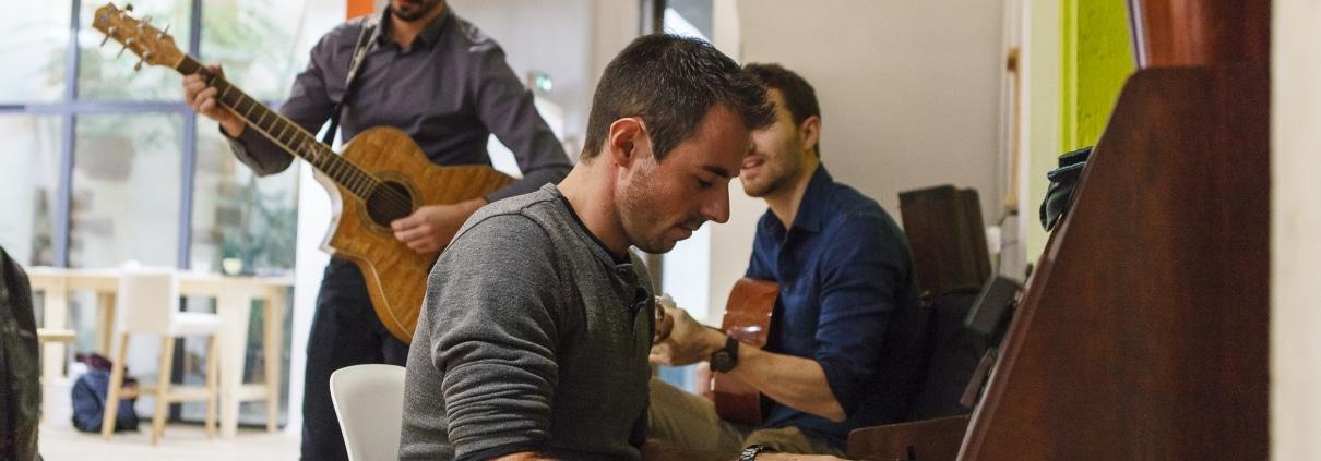 Photo des encordés en train de jouer de la musique