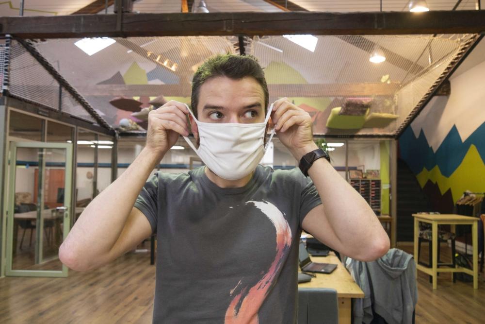Photo d'une personne mettant le masque